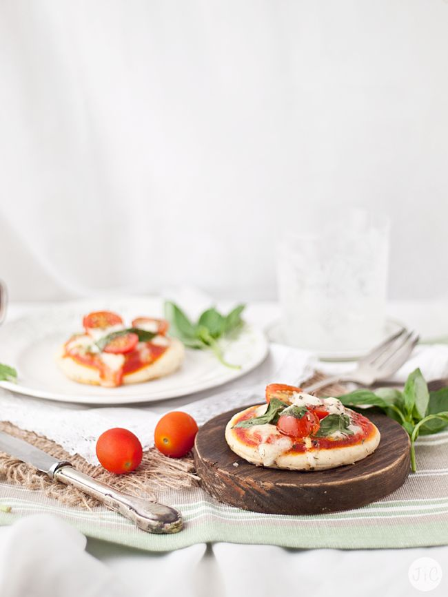 ¡Minipizzas! Llevaba tiempo con ganas de sumar una nueva receta de pizza al blog... ¡Y aquí estoy! Me he decantado por unas minimizas muy ...
