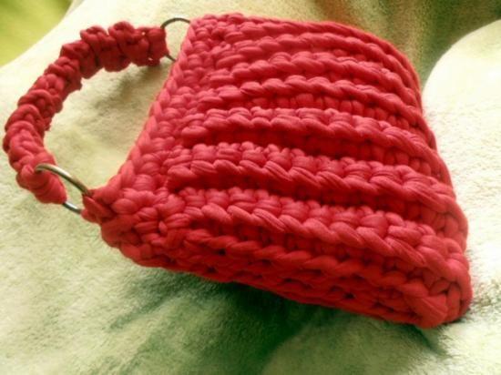 bolso hecho a mano a ganchillo con trapillo, en color rojo