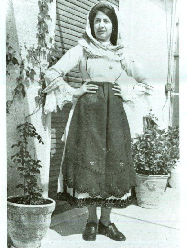 Γυναικεία παραδοσιακή φορεσια απο την Αγία Άννα της Εύβοιας.