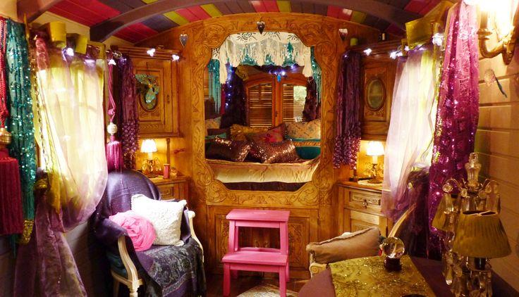 La chambre roulotte int rieur ma vie de boh me pinterest voyages tags - Deco roulotte gitane ...