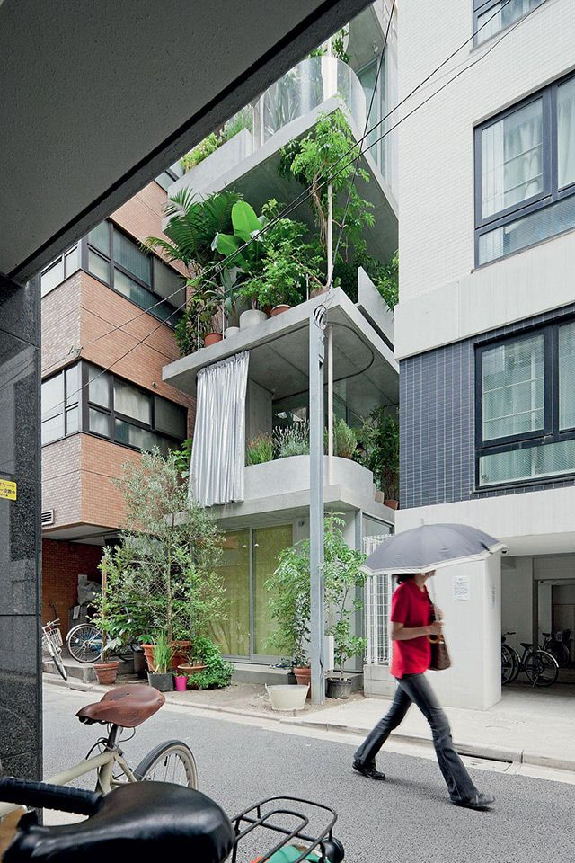 """The Japanese architect Ryue Nishizawa designed this """"Garden & House"""" in Tokyo on a very small lot of just 8 x 4 m."""