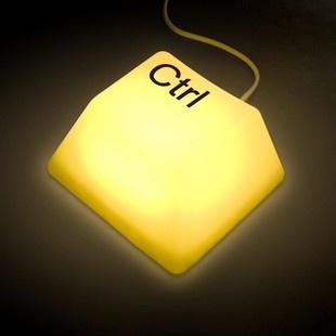 De Computertoets Lamp heeft een unieke vorm die is geïnspireerd op het toetsenbord van de computer. De lamp is bedrukt met een toetsenbordsymbool. Er is keuze uit de volgende symbolen: Del, Ctrl, Esc en Shift.