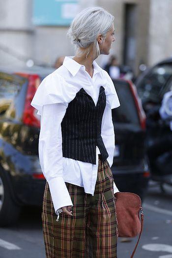 Street Style PFW by LeoFaria @streetstylemood  Calça xadrez, camisa branca, cabelo platinado, bolsa vermelha, streetstyle, fashion, leofaria, paris fashion week, street