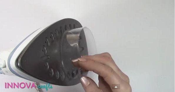 Elle fait chauffer une bouteille de plastique coupée sur un fer à repasser! Le résultat est adorable!