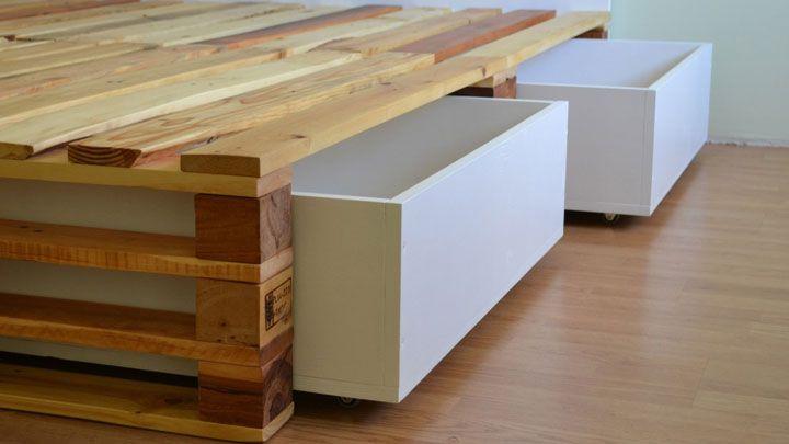 Veja como ficou este estrado para montar uma cama usando pallets de madeira e em que foi incluído um compartimento para encaixar gavetas de MDF com rodinhas.