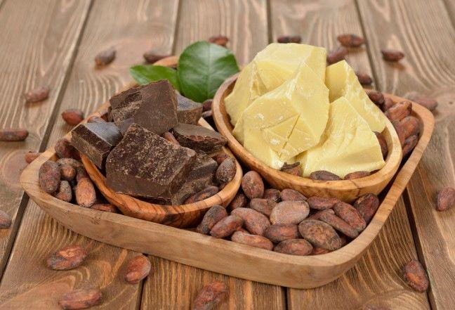 Masło kakaowe to główny składnik większości czekolad, który wzbogaca je o kremową konsystencję. Jednakże istnieje wiele zalet masła kakaowego poza przyjemnym smakiem. Ten naturalny tłuszcz stosowany jest w kosmetykach, medycynie i maściach.   #maslo #kakao #kakaowe #maslokakaowe #cocoa #butter #uroda #beauty #abcZdrowie