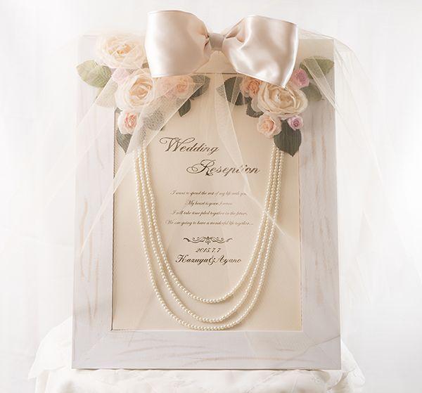 光沢のあるシルクのリボンと淡いピンクのバラが素敵♡クラシカルな結婚式に♡白い結婚式にぴったりのウェルカムボードまとめ一覧♪