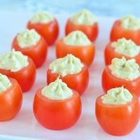 Vind jij een schaaltje tomaatjes op tafel bij de borrel ook zo saai? Maak dan deze pesto roomkaas tomaatjes! Dat ik veel leuker en vooral heel erg lekker!