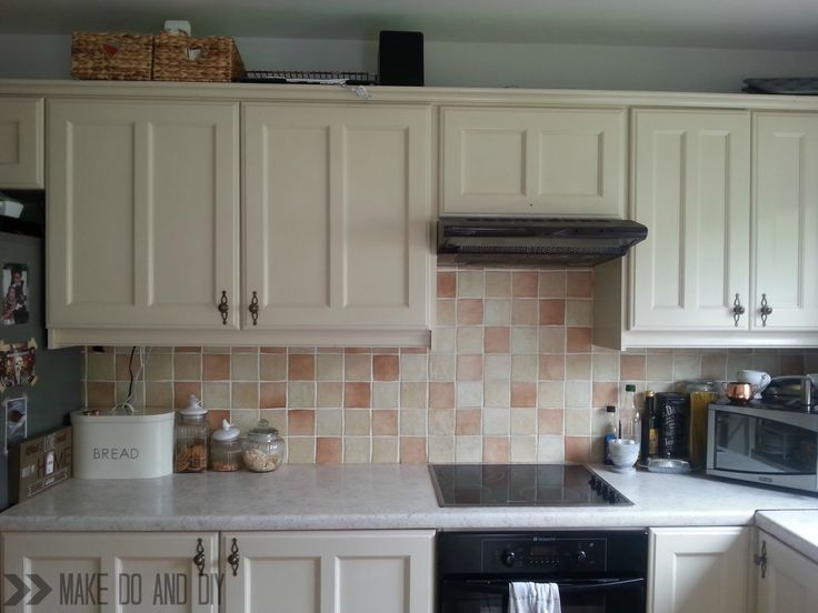 painted kitchen tile backsplash, cheap and easy update for dated tile.  www.makedoanddiy