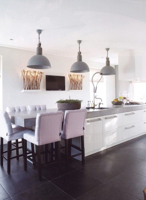 Fantastische mooie eiland keuken met frezoli hanglampen en Keijser en Co barstoelen
