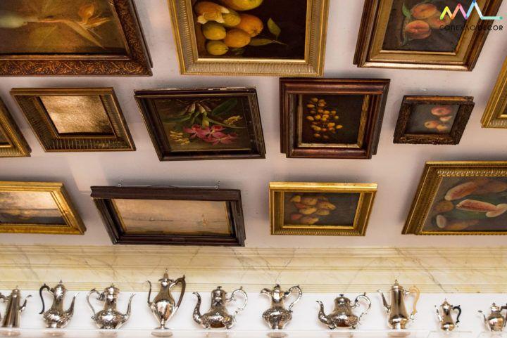 Conexão Décor Conectadas com Antonio Neves da Rocha e sua casa Quadros colocados no teto da sala de jantar e a coleção de bules de prata em uma prateleira de acrilico. http://conexaodecor.com/2017/10/conectadas-com-antonio-neves-da-rocha-e-sua-casa/
