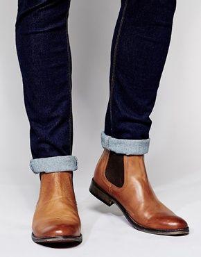 Ein perfektes Duo: Dunkelblaue, schlank geschnittene, aufgekrempelte Jeans und hellbraune Chelseaboots.   ASOS