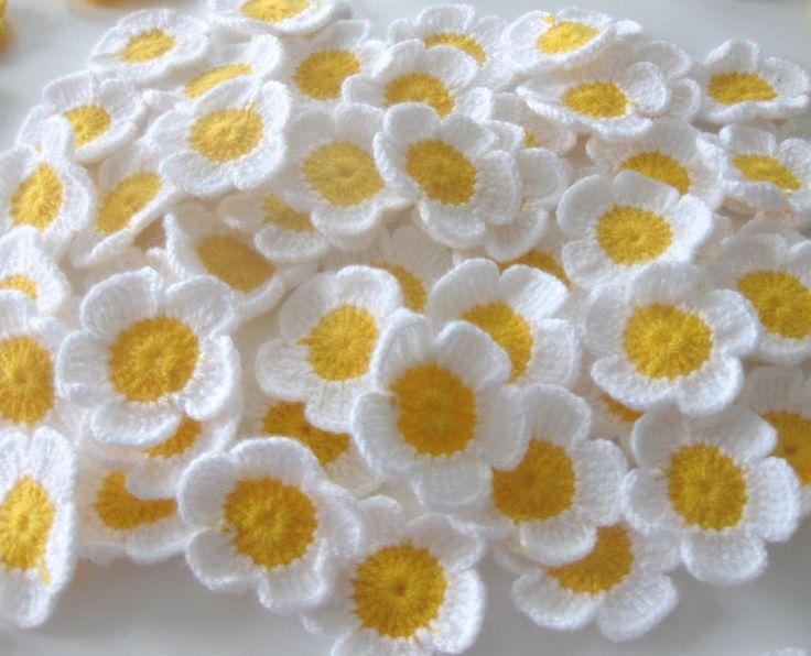 Flores de ganchillo muy dulce en blanco-amarillo  Las flores fueron realizadas con 100% de trabajo manual. Se puede utilizar para diversos propósitos.  Las flores tienen 4, dimensión de 5cm  Aquí algunos ejemplos: bolso, almohada, vestidos, vestido de la muñeca, Babyblanket, hat, babydress, decoración,