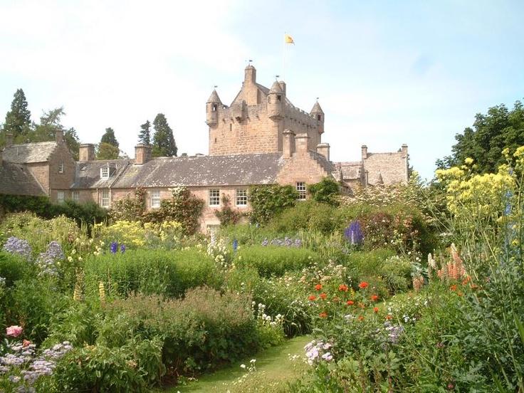 ユーラシア旅行社で行く英国の旅。スコットランドのコーダー城。