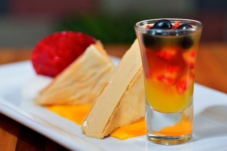 CREMA VOLTEADA ENTRE MIL HOJAS - delicado milhojas relleno con crema volteada. Servido sobre carpaccio de mango y acompañado de un shot de frutos rojos al almíbar de naranja