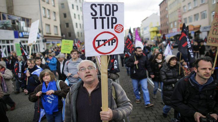 Hannover: Zehntausende demonstrieren gegen TTIP -  Vor dem Besuch von US-Präsident Obama in Hannover sind mindestens 35.000 Menschen auf die Straße gegangen. Sie wollen ein Freihandelsabkommen mit den USA verhindern.