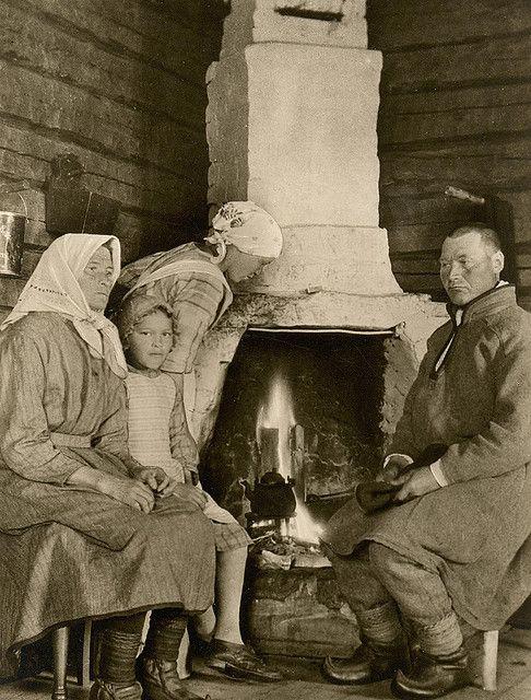 Sami family in Enare  ~   Finland    ~~~~~~~~~~                                saamelaisia, Inari   ~~  Suomi.            (joskus enne sotii...)