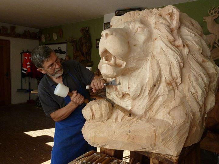 Giuseppe Rumerio es uno de los escultores mas famosos de animales tallados en madera, aquí lo podemos ver realizando un león en madera.