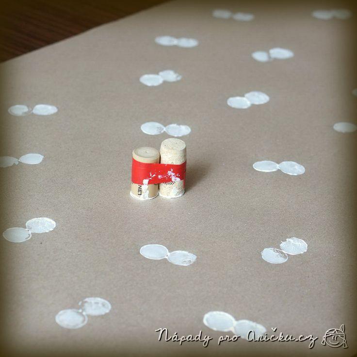 Vlastnoručně vyrobený balicí papír potěší dvakrát - při vyrábění a při darování. Letos jsem zvolila motiv sněhuláků. Pevně jsem slepila lepicí páskou dva korkové špunty s rovnou ploškou dole. Špunty jsme pak použili jako razítko. Tiskali jsme bílou temperovou barvou na hnědý balicí papír. Až sněhuláčci zaschnou, dokreslíme jim nos, oči, knoflíky a ruce. Větší děti to zvládnou samy, těm našim jsem to dokreslila já. PS: Nezapomeňte, že je před tím potřeba vypít dvě láhve vína! Kvůli špuntům…