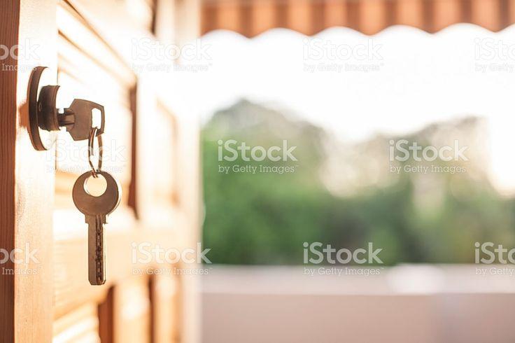 Keys hanging from the door with a nature background foto de stock libre de derechos