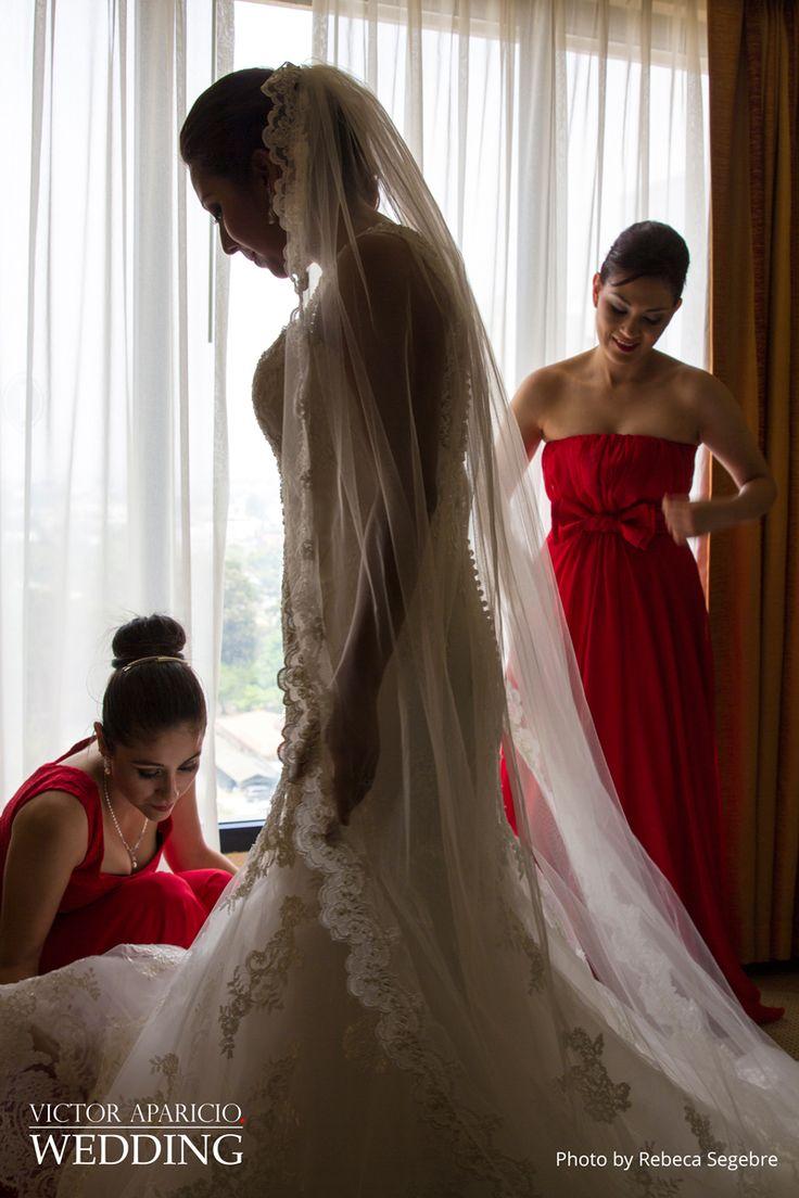Para una novia, su vestido es lo más extraordinario y es probablemente el artículo más memorable que tendrá en su guardarropas por el resto de su vida. Esta es una razón suficiente para considerar la posibilidad de una sesión de fotos completa, algo así como estas fotos de Rebeca-Segebre y @VictorLifeStyle  #wedding-photographer @wed-in-Guatemala #wedding-dress