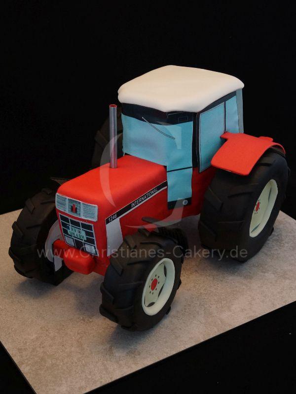 Die Traktortorte, in Anhlehnung an einen IHC 1246, entspricht einem Volumen von knapp 4 Litern was in etwa einer 28er Rundform entspricht. Die Räder sind ebenfalls aus Kuchenteig. Die Vorderräder haben dabei einen Durchmesser von 10cm.