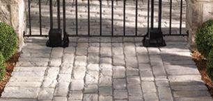 Pavé Vendome, Un pavé au look d'autrefois, si caractéristique des chaussées en pierre des quartiers historiques des villes centenaires, voire millénaires. Pour un effet de pierre ciselée d'aspect irrégulier aux coins arrondis par les effets de la nature et le passage du temps.