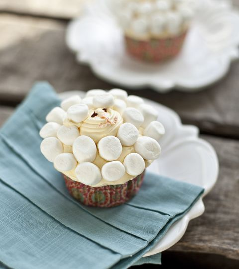 Adorable easy Easter Lamb Cupcakes via @FoodforMyFamily
