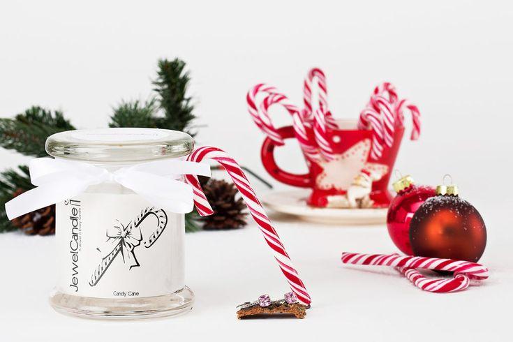 Deze rood-wit gestreepte zuurstokken zijn misschien wel het bekendste en meest gebruikte snoep symbool van de kerstdagen. In Amerika en Zweden mogen ze zelfs niet uit de kerstboom ontbreken als traditionele decoratie! De geur van onze JewelCandle Candy Cane is gebaseerd op de smaak van een echte zuurstok: een combinatie van frisse pepermunt en een vleugje kaneel met een heerlijk zoete overtoon. Ontdek bovendien een verborgen paar oorbellen van echt zilver, met een waarde tot €250.