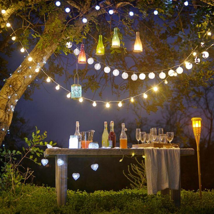 Beim Sommerfest kann durch Lichterketten für die richtige Stimmung und Beleuchtung gesorgt werden