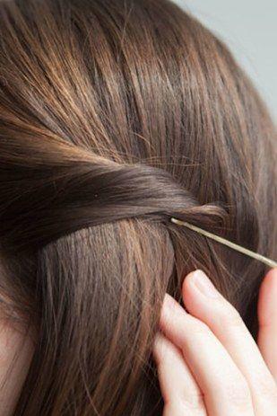Para os grampos não ficarem à mostra, coloque-os na direção oposta da parte do cabelo que você está prendendo. | 21 penteados com grampos de cabelo para fazer em minutos