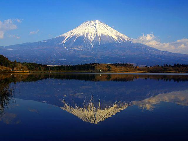 田貫湖に映る雪化粧の逆さ富士