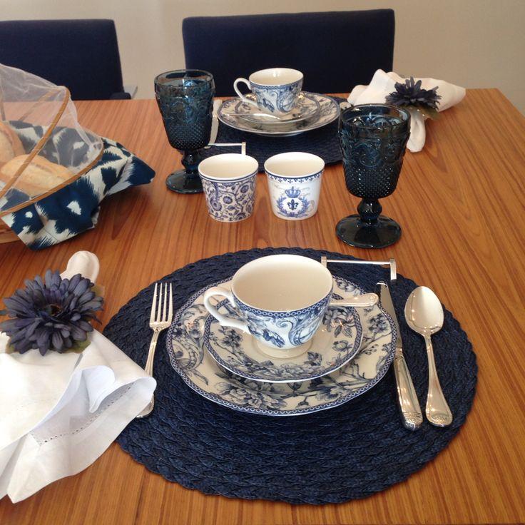 Para o café da manhã! Mesa em tons de azul com aparelho de jantar Petrópolis Azul da Tania Bulhões!