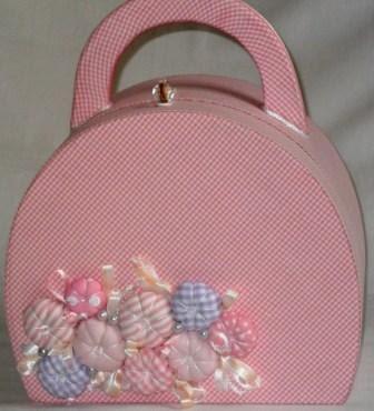 Bolsa para menina em madeira forrada com tecido e detalhe de flores em fuxico