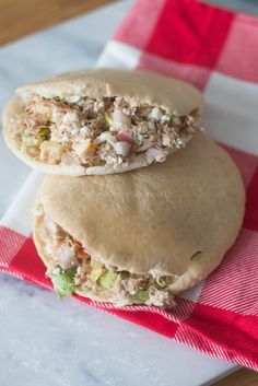 Lunchpita met Hüttenkäse-Tonijnsalade (2 broodjes): 2 pita's - 1 blikje tonijn op water - 1/2 appel - 1 sjalot - 100 gram Hüttenkäse - 1 eetlepel mosterd - wat sla - peper en zout