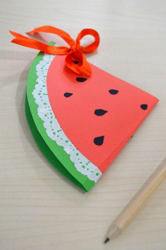 """A proposito di caldo pazzesco... chi vuole una fetta di anguria appena """"tagliata""""? E un tutorial per realizzarla? http://www.lafigurina.com/2015/07/tutorial-come-realizzare-un-biglietto-invito-a-forma-di-anguria/"""