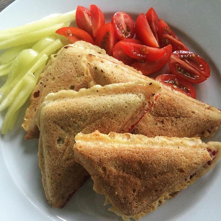 Paleo melegszendvics Paleo melegszendvics gyorsan egyszerűen Júlikától /Gluténmentes, csökkentett szénhidráttartalmú, szerintem nagyon laktató/ Hozzávalók (5 szendvicshez): 5 dkg Szafi Fitt paleo sütőlisztkeverék (Szafi Fitt sütőliszt ITT!) 1 db nagy tojás 5 g zsiradék 60
