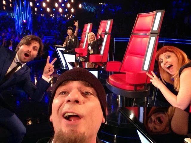 Famosa selfie di J-AX in diretta durante il programma The Voice Of Italy che ha sbancato letteralmente Twitter. Idea ripresa dal famoso scatto du Bradley Cooper durante la notte degli Oscar 2014. #TVOI #JAX #selfie #twitter SIMONE SERNI - STAY SOCIAL STAY ZEN