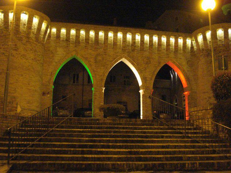 Tre archi.  Costruiti nel 1872 ed incastonati tra due bastioni, grazie all'abbattimento dell'antica Porta Petrania.  Sono realizzati in stile neogotico ed hanno una funzione prettamente decorativa.