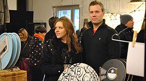 HantverksGallerian på designmarknad i Jönköping. Här hittade vi Gustav Källner som driver spoondesignstudio 47 som bla tillverkar ursnygga tidningsställ. Skräddare Ida Wadenruds ställde ut med sina fantasifulla flugor. Smyckesdesigner Victoria Nordenstams som gör handgjorda smycken i metall och naturmaterial och Malin Aronsson som driver Liv Swedish design