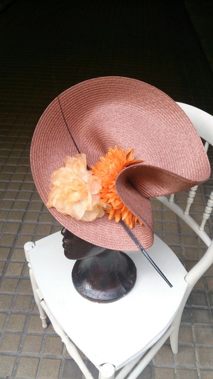 Tocado ladeado diseñado por Alisandhats, lleva dos flores y raqui de avestruz. Nos encanta y favorece una barbaridad
