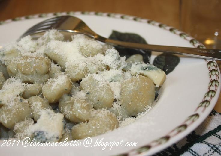 Gnocchi al gorgonzola  per gli gnocchi:    650 g. di patate,  250 g. di farina 00 del Molino Chiavazza,  noce moscata,  sale,    per il condimento:    120 g, di gorgonzola,  10 g, di burro,  parmigiano reggiano grattugiato