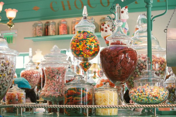 Schokolade, Bonbons, Gummibärchen & Lakritz - unsere ständigen Begleiter durch das Leben.Wir haben für euch einen Tag Pippi Langstrumpf gespielt & haben Hamburgs beste Naschiläden für euch entdeckt! #1 Bonscheladen Was gibt's da: Feine handgemachte Bonbons in allen erdenklichen Sorten, zart-sahniges Fudge sowie kleine Präsente.Für wen: Alle, denen es nicht süß genug sein kann, Farbfetischisten …