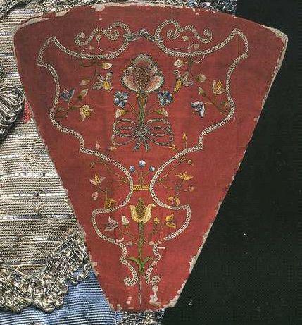 """Стомак. 1740-е. Оранжевая шелковая тафта, расшитая разноцвеными цветочными узорами, трехмерную форму придают """"косточки"""" на твердой основе."""