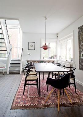 Absolute perfection: Hans Wegner wishbone chairs, a PH lamp and a kilim rug