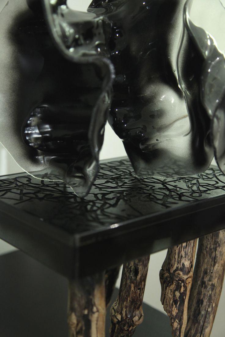 I lavori di Matteo Berra evocano l'idea di un Universo dalla struttura geometrica a volte molto ordinata, altre determinata da un disordine solo apparente, da un caos che è tuttavia ben lontano dall'idea di casualità. Matteo Berra, Materia Oscura, a cura di A. Trabucco, dal 09.10 al 19.11.2013. Piccola Spiegazione del Cosmo, Vetro, smalti, ferro, legno, plastica polietilene, Cm 48 x 30 x 20.