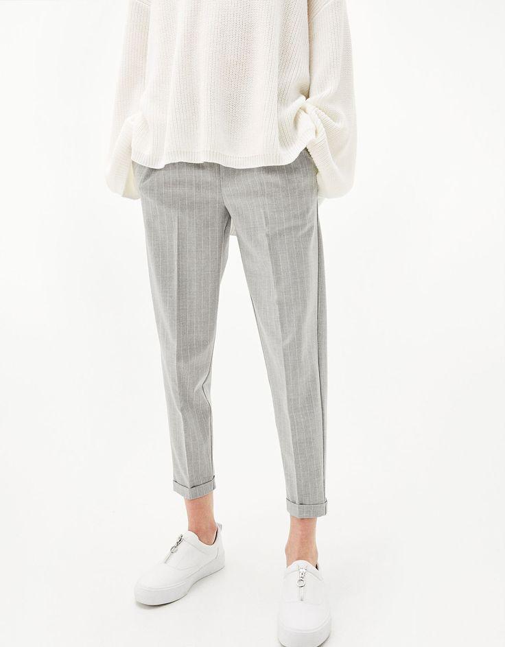 Pantalon tailleur jogger avec pinces. Découvrez cet article et beaucoup plus sur Bershka, nouveaux produits chaque semaine.