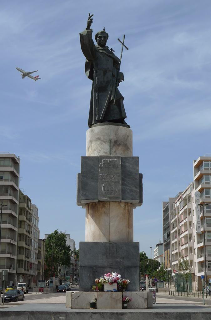 Estátua de Santo António, Praça de Alvalade
