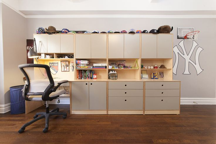On the opposite side of the room there is one desk and three modular storage units forming a built-in cabinet look, for that necessary extra space for clothes, books and toys. #CasaKids #KidsFurniture