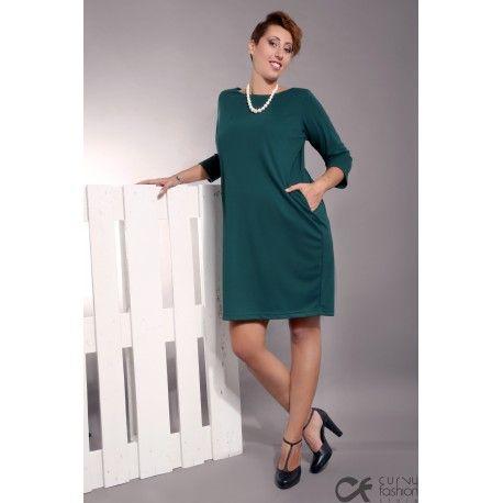 Abito elegante con maniche a tre quarti, con ampia scollatura sul retro, tasche e piccolo fiocco decorativo.Disponibile nelle due varianti tinta unita verde e nero.
